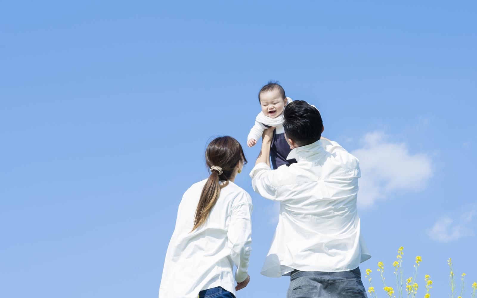 男性の育児休業の状況と改正育児・介護休業法の概要。企業がおさえておきたいポイント。イメージ